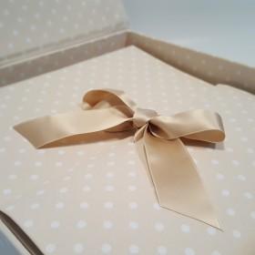 Album fotografico in tessuto stampato beige a pois con nastro in raso avorio