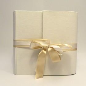 Album fotografico rivestito in lino bianco avorio e doppio fiocco in raso avorio e bianco