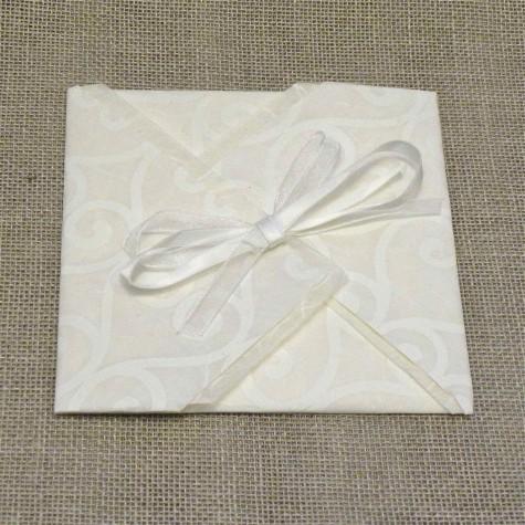 Partecipazione di nozze a origami con carta decoro, nastrini di organza e raso. Interno di carta seta.