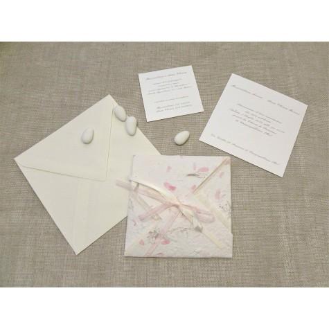 Partecipazione di nozze a origami con carta provenza rosa, nastrini di organza e raso. Interno di carta seta.
