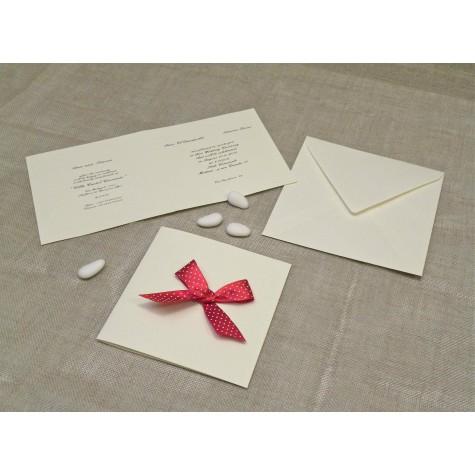 Partecipazione di nozze in carta di gelso con fiocco in raso rosso a Pois bianchi