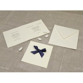 Partecipazione di nozze in carta di gelso con fiocco in raso blu a Pois bianchi