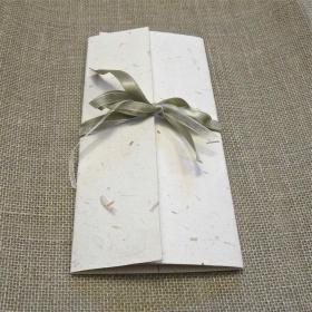 Partecipazione libretto incrociato carta gelso naturale, nastrini di organza e raso. Interno di carta gelso naturale leggero