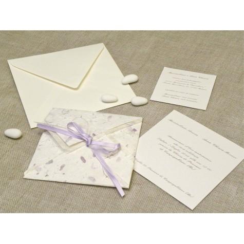 Partecipazione di nozze artigianale a origami con carta Provenza lilla, nastrini di organza e raso. Interno di carta seta.