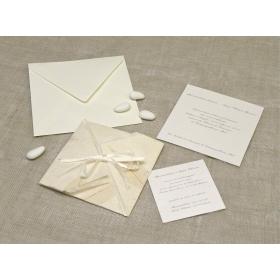 Partecipazione origami con carta foglia caucciù, nastrini di organza e raso. Interno di carta seta.
