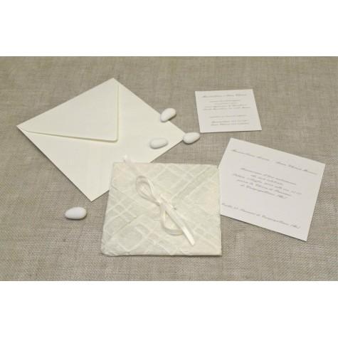 Partecipazione di nozze in carta ricamo, chiusura nastrini di organza e raso. Interno di carta seta.