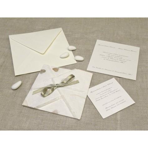 Partecipazione di nozze origami con petali a cuore, nastrini di organza e raso. Interno di carta seta.