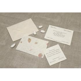 Partecipazione di nozze in carta pregiata di riso e petali rossi