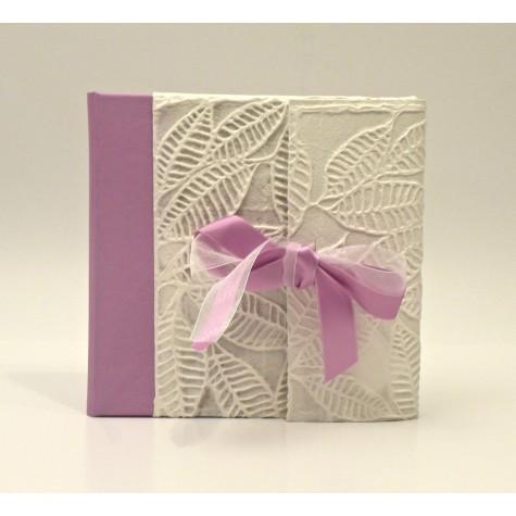 Album fotografico tradizionale con aletta rivestito in carta con spirali, dorso in tela cialux rosa e fiocco in raso rosa