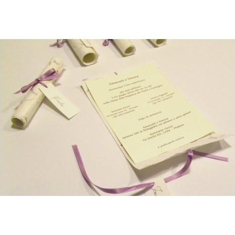 Partecipazione a papiro in carta provenza lilla, nastrini di organza e raso. Interno di carta seta