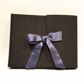 Album fotografico artigianale rivestito in tela canapetta nera con fiocco di raso grigio blu