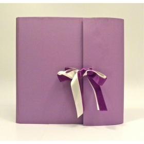Foto Album con aletta rivestito in tela cialux glicine e doppio fiocco in raso viola e bianco