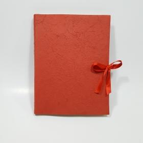 Album fotografico rivestito in carta gelso rosso con fiocco in raso rosso