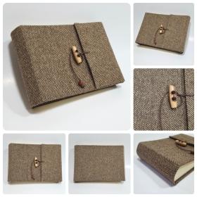 Album fotografici in tessuto lana spigato marrone con chiusura cordino pelle e alamaro.