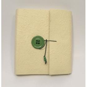 Album fotografico con aletta rivestito in carta gelso giallino e chiusura con bottone verde e cordino