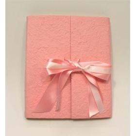 Album battesimo con aletta rivestito in carta gelso rosa e doppio fiocco in raso e organza