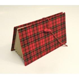 Portadocumenti a scomparti rivestito in tessuto tartan con chiusura laccio in pelle e alamaro rosso