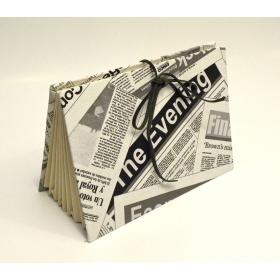 Portadocumenti a scomparti rivestito in tessuto stampato giornale con chiusura laccio in pelle