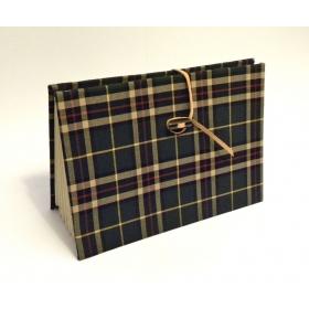 Porta documenti rivestito in tessuto lana tartan verde con chiusura in cuoio e alamaro