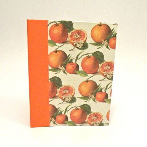 """Ricettario da cucina con dorso in tela cialux arancio e copertina rivestita di carta con stampa """"arancie"""""""