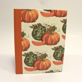 """Ricettario da cucina con dorso in tela canapetta arancio e copertina rivestita di carta con stampa """"zucche"""""""