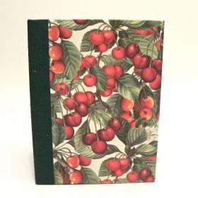 """Ricettario da cucina con dorso in tela canapetta verde e copertina rivestita di carta con stampa """"ciliegie"""""""