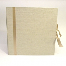 Album fotografico rivestito in tela lino naturale con inserto e fiocco in raso avorio