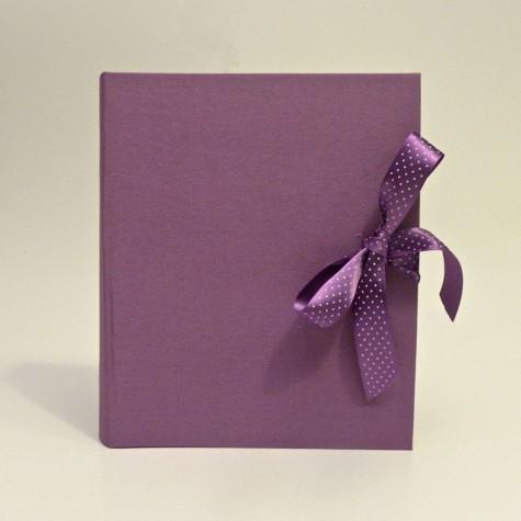 Album portafoto rivestito in tela cialux lilla con fiocco in raso lilla a pois