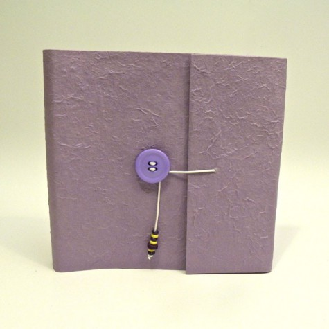 Album fotografico con aletta rivestito in carta gelso lilla con bottone in cordinato e cordino con perline