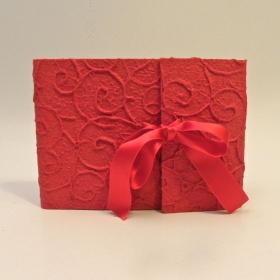 Album fotografico con aletta rivestito in carta gelso rosso spirali con fiocco in raso rosso