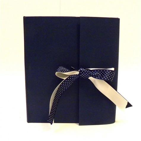 Album fotografico rivestito in tela cialux blu con doppio fiocco in raso blu a pois e avorio