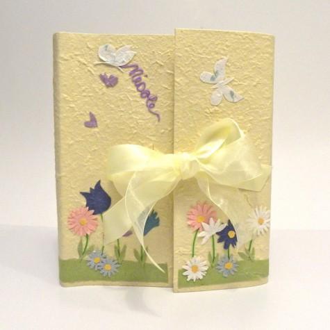 Album fotografico con aletta rivestito in carta di gelso gialla decorata con decoupage fiori e farfalle