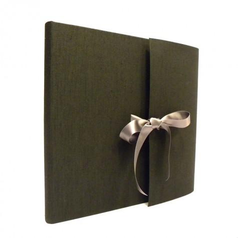 Album fotografico con aletta rivestito in tela canapetta nera con fiocco in raso grigio londra