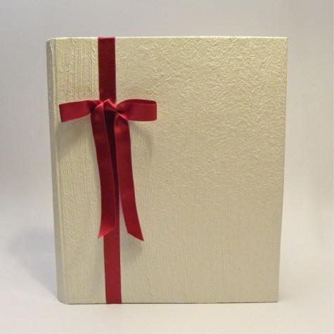 Album portafoto rivestito con carta fashion avorio e fiocco in raso rosso frontale